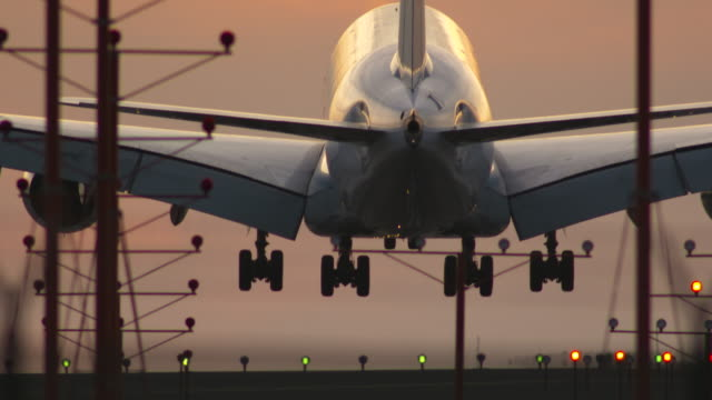 vídeos de stock, filmes e b-roll de sunset landing at lax - avião comercial