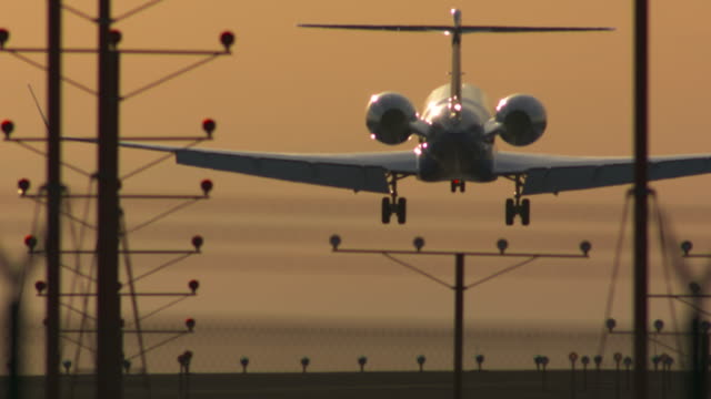 vídeos de stock e filmes b-roll de sunset landing - aeroporto internacional de los angeles