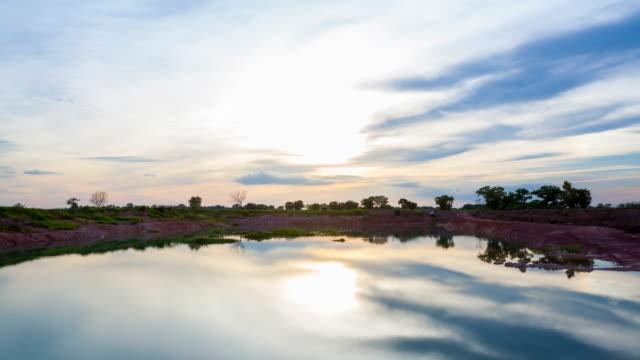 vídeos de stock, filmes e b-roll de paisagem por do sol sobre o lago - lago reflection