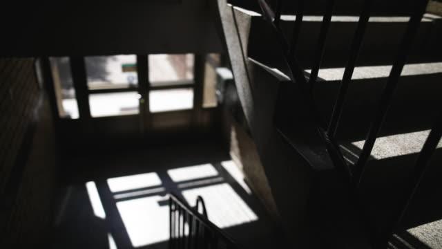 古い建物のドアを通して夕焼けの光 - light beam点の映像素材/bロール