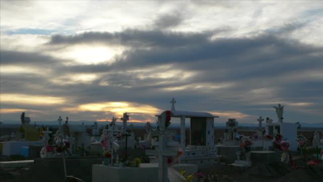 メキシコ墓地のサンセットタイムラプス 5 hd - 宗教上のシンボル点の映像素材/bロール