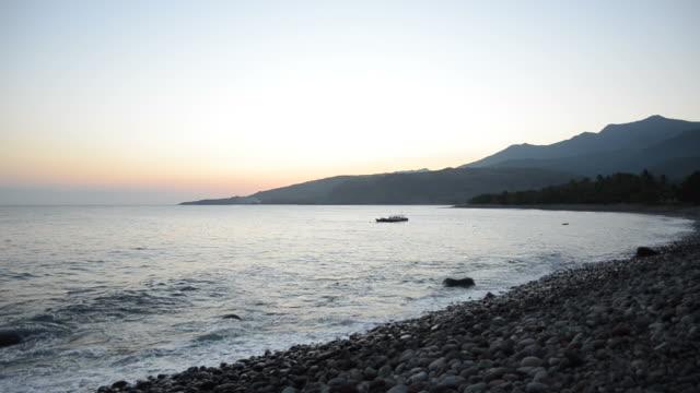 夕暮れ時の湾でのひととき - フロレス点の映像素材/bロール