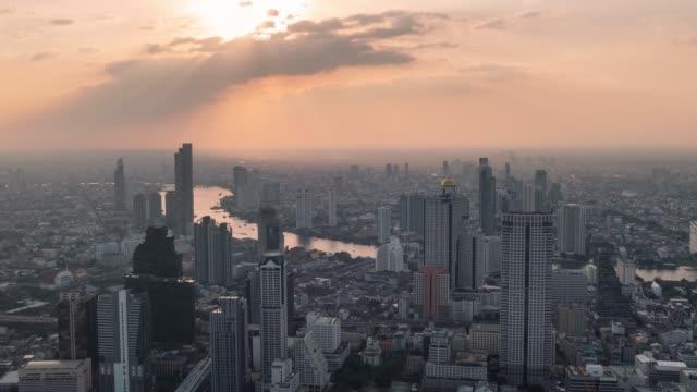 solnedgång som rör sig över floden chao phraya i bangkok metropolis - bangkok bildbanksvideor och videomaterial från bakom kulisserna