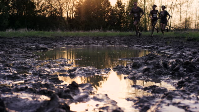 sonnenuntergang mud run - schlamm stock-videos und b-roll-filmmaterial