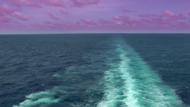 vídeos y material grabado en eventos de stock de puesta de sol: ocean rizado por el paso de un buque, el fondo - hidroplano
