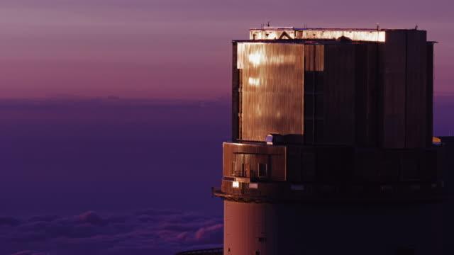 Solnedgång moln runt teleskopen på toppen av Mauna Kea, vulkanen på Hawaiis Big Island