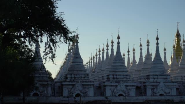 Sonnenuntergang in der Kuthodaw Pagode in Myanmar