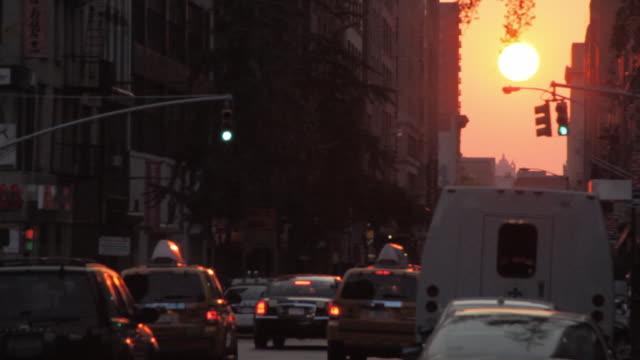 vidéos et rushes de sunset on a new york street - signalisation routière lumineuse