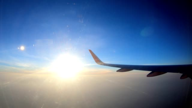 vidéos et rushes de coucher de soleil sur la vue aérienne de la fenêtre plan - aile d'avion