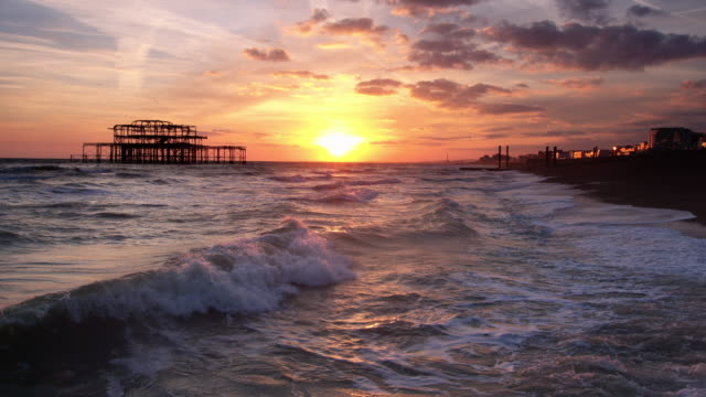 sonnenuntergang am strand von brighton - brighton brighton and hove stock-videos und b-roll-filmmaterial