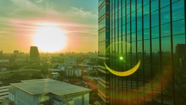 vidéos et rushes de coucher de soleil sur bâtiment avec flare time lapse - silhouette contre jour