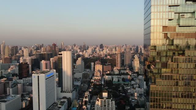 vídeos de stock e filmes b-roll de sunset on downtown bangkok silom, bang rak/ aerial - bangkok