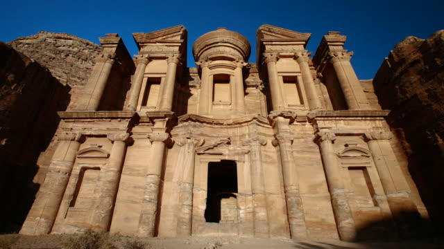 vídeos de stock e filmes b-roll de t/l, ws, zo, sunset on el deir (monastery) at ancient stone city of petra / jordan - petra