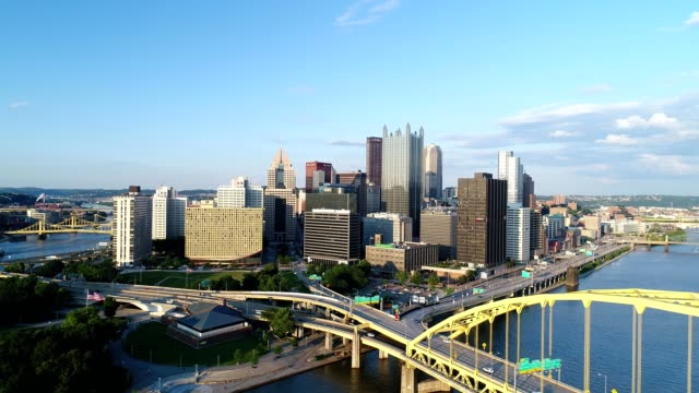 sunset on pittsburgh, pa with fort pitt bridge - pittsburgh video stock e b–roll