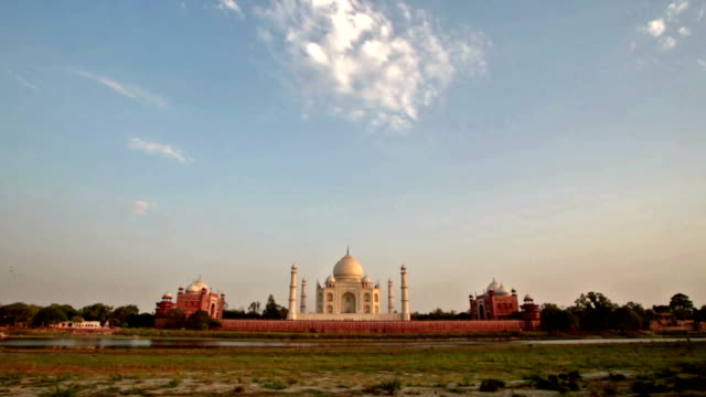 sunset on the backside of the taj mahal with lone cloud. - agra stock videos and b-roll footage