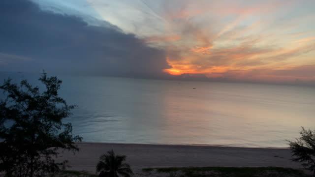 vídeos de stock, filmes e b-roll de pôr do sol na praia de ilha de lipe - árvore tropical