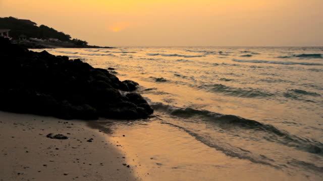 time lapse dal tramonto sulla spiaggia - paesaggio marino video stock e b–roll