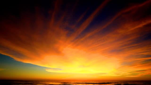 vídeos de stock, filmes e b-roll de pôr do sol na praia - tranquila cena idílica de um pôr do sol dourado sobre o lapso de tempo do mar, phuket, tailândia. - clima