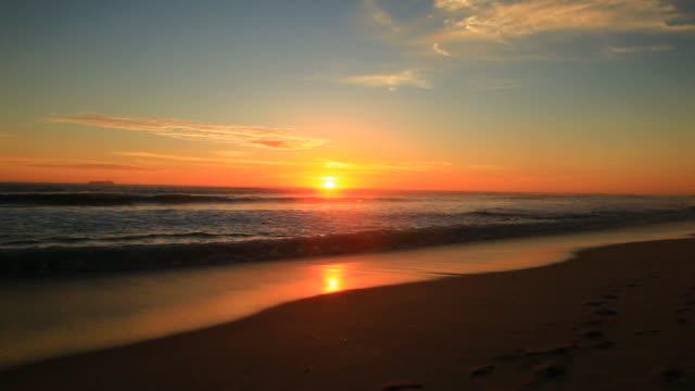 vídeos de stock, filmes e b-roll de pôr do sol na praia - acampamento de férias