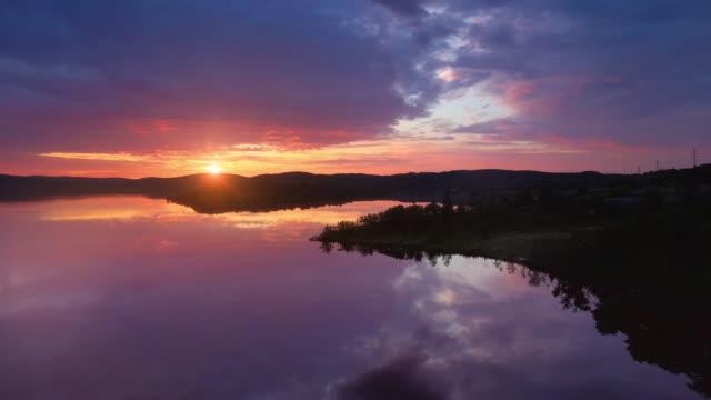 stockvideo's en b-roll-footage met zonsondergang op het meer - finland