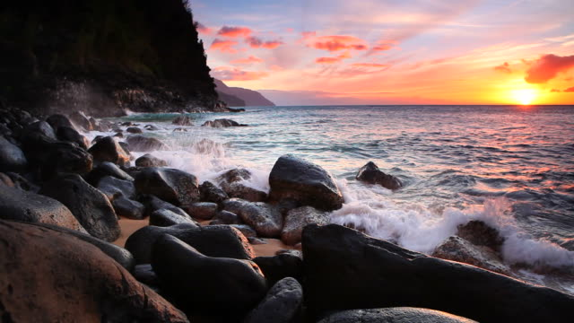 vídeos y material grabado en eventos de stock de puesta de sol sobre la costa, napali kaui, hawai - kauai
