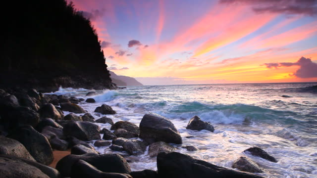 sunset on the napali coast, kaui, hawaii - na pali coast state park stock videos & royalty-free footage