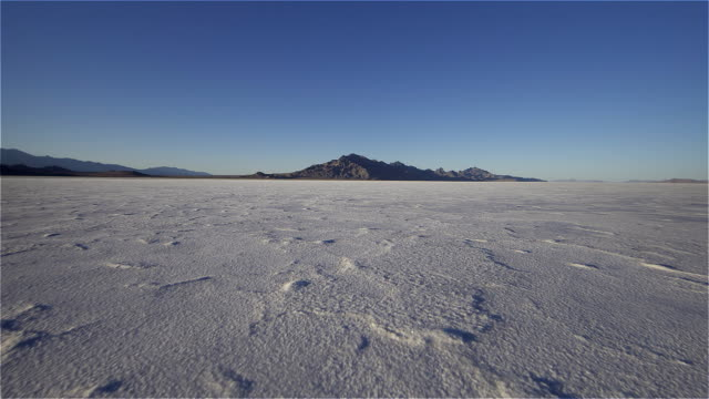 sunset on the salt flats. - ausgebleicht stock-videos und b-roll-filmmaterial