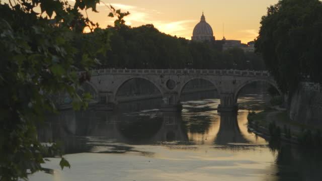 ローマのティベル川の夕日, イタリア - テベレ川点の映像素材/bロール