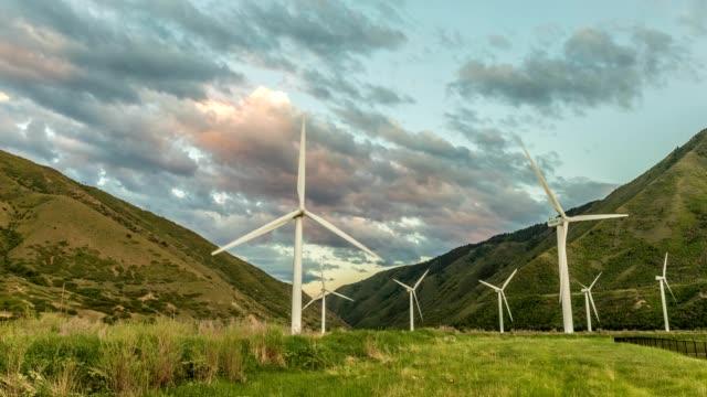 solnedgång på vindkraftpark i utah - salt lake city utah bildbanksvideor och videomaterial från bakom kulisserna