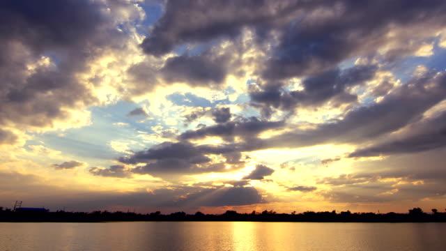 vídeos de stock, filmes e b-roll de cloudscape ao pôr do sol ou nascer do sol. - espiritualidade