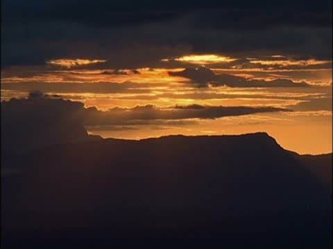 vídeos y material grabado en eventos de stock de sunset over a mountain - punto de referencia natural
