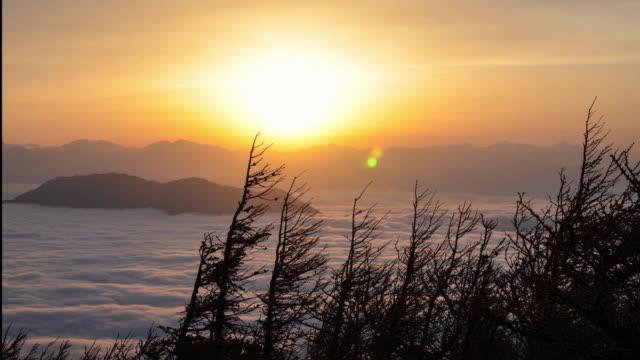 sunset over a sea of clouds - horizon点の映像素材/bロール