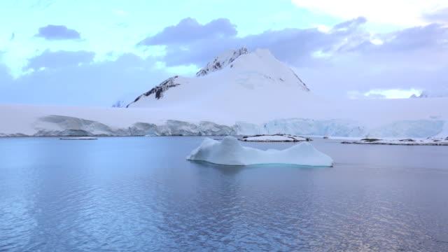 sonnenuntergang über der antarktis wiencke island mountain gletscher port lockroy station eisberg - wetterstation stock-videos und b-roll-filmmaterial