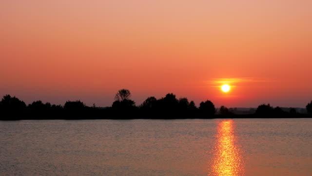 vidéos et rushes de pan t/l coucher de soleil sur la rivière grand - river danube