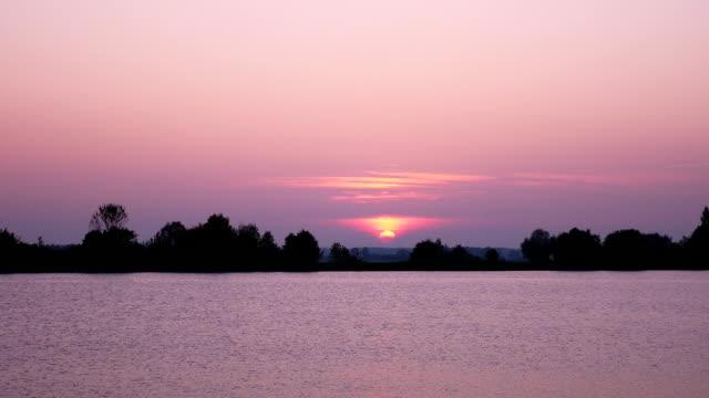 t /l 大きな川に沈む夕日 - バイエルン州点の映像素材/bロール