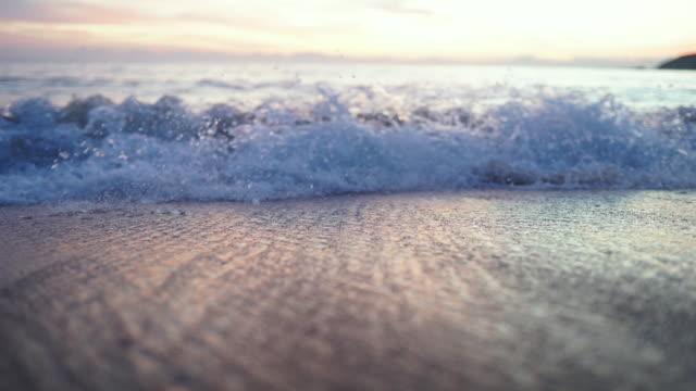 vidéos et rushes de coucher du soleil au-dessus de l'océan brésilien de modèle de médias sociaux éditent - boomerang