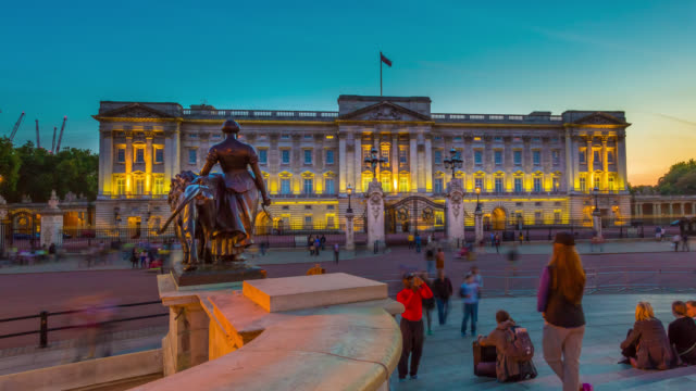 vídeos de stock, filmes e b-roll de sunset over buckingham palace in london. - realeza