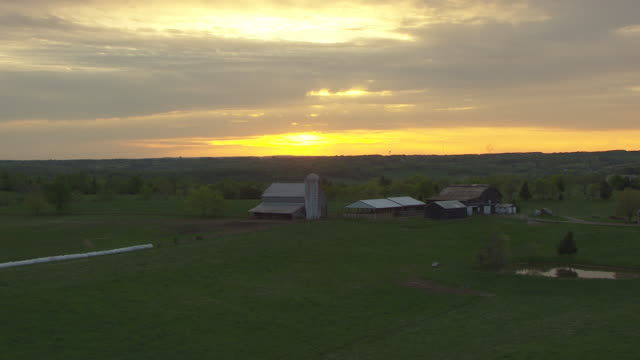 ws aerial sunset over central kentucky / kentucky, united states - ファームハウス点の映像素材/bロール