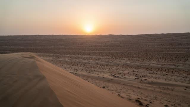 vidéos et rushes de coucher de soleil sur les dunes du désert - dune de sable