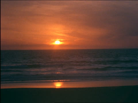 vídeos de stock, filmes e b-roll de sunset over deserted beach / california - 2001
