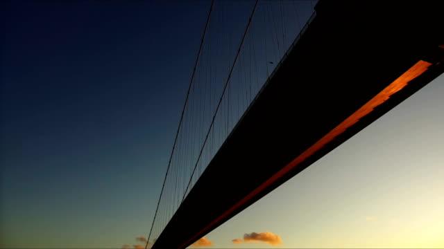 sunset over humber bridge - キングストンアポンハル点の映像素材/bロール