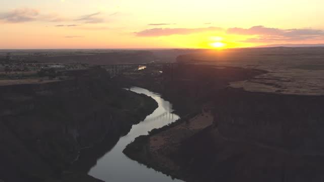 vídeos y material grabado en eventos de stock de ms aerial sunset over i b perrine memorial bridge / twin falls, idaho, united states - río snake