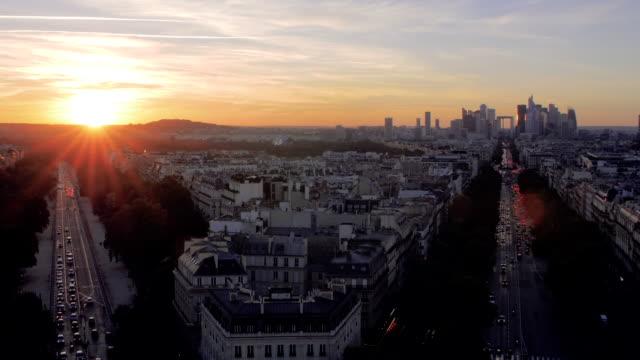 vídeos de stock, filmes e b-roll de pôr do sol sobre la defense, cidade de paris. - vista da cidade