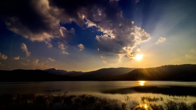 湖と山の上の夕日 - 手足点の映像素材/bロール