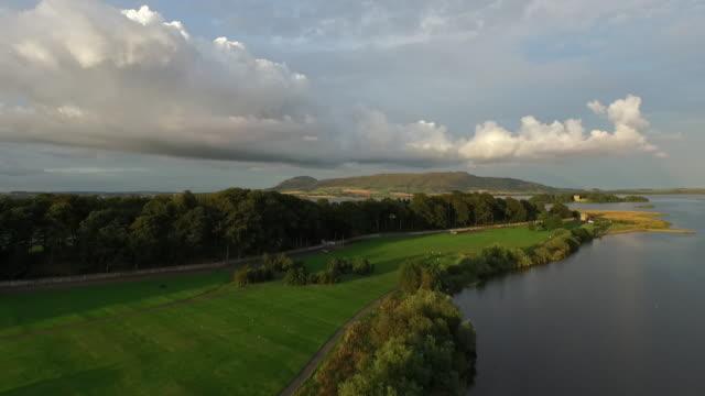 vídeos de stock e filmes b-roll de sunset over loch leven, kinross house & loch leven castle, perth & kinross, scotland - por volta do século 11 dc