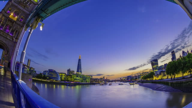 vídeos de stock e filmes b-roll de sunset over london skyline seen from tower bridge. - céu dramático