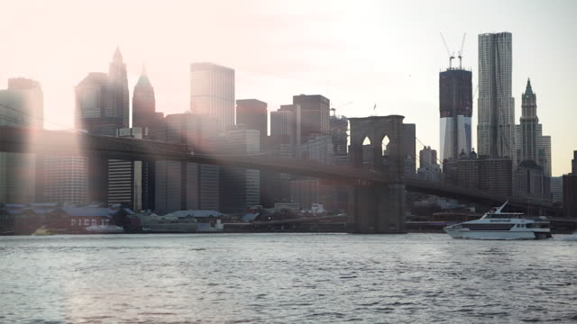 sunset over manhattan and brooklyn bridge - grattacielo video stock e b–roll