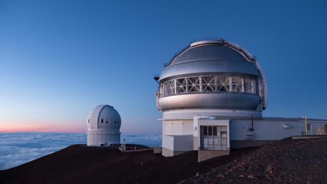 vidéos et rushes de sunset over mauna kea observatories in big island hawaii, usa - observatoire