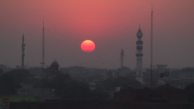 vídeos de stock e filmes b-roll de sunset over minarets,lahore ,pakistan. - paquistão