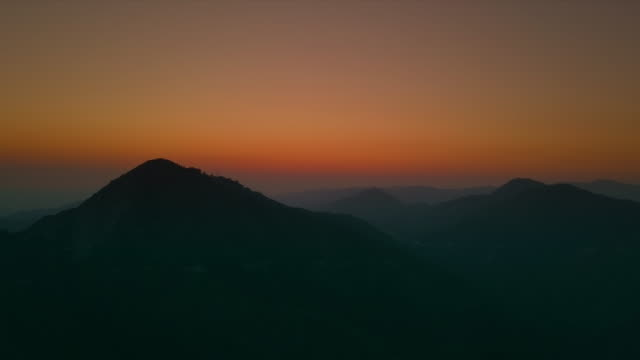 sunset over mountain - horizont über land stock-videos und b-roll-filmmaterial